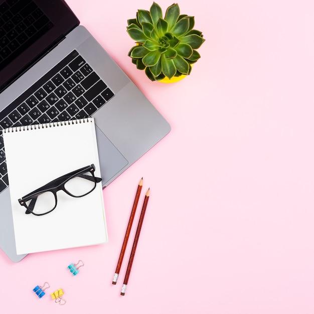 Bovenaanzicht desk concept met laptop Gratis Foto