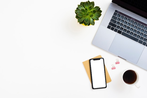 Bovenaanzicht desk concept met model-smartphone Gratis Foto