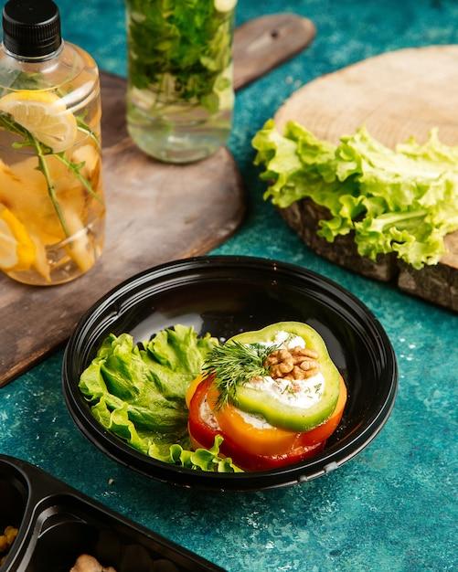 Bovenaanzicht dieet voedsel multi-gekleurde paprika op sla met walnoot en detox water Gratis Foto