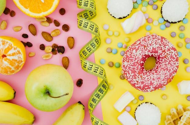Bovenaanzicht donut versus fruit Gratis Foto