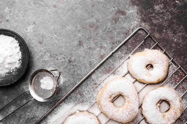 Bovenaanzicht donuts met suikerpoeder Gratis Foto