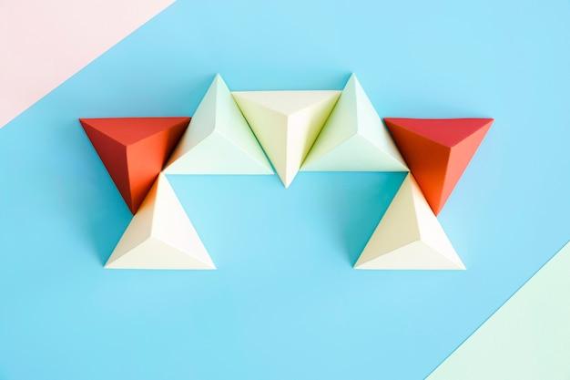 Bovenaanzicht driehoek papier vorm op bureau Gratis Foto
