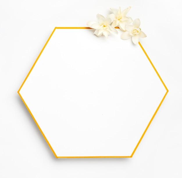 Bovenaanzicht elegante gouden frame met bloemen Gratis Foto