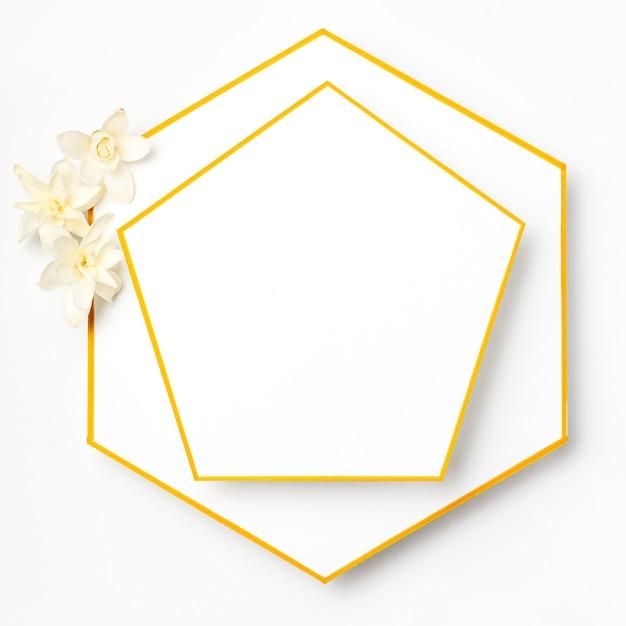 Bovenaanzicht elegante gouden frames met bloemen Gratis Foto