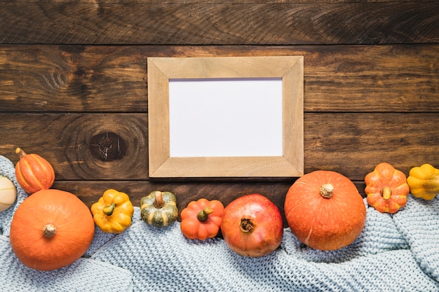 Bovenaanzicht eten arrangement met deken en frame Gratis Foto