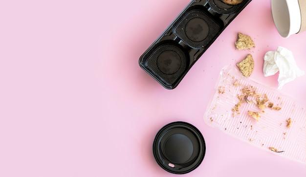 Bovenaanzicht etensresten met plastic Gratis Foto