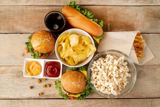 Bovenaanzicht fastfood op houten tafel Gratis Foto