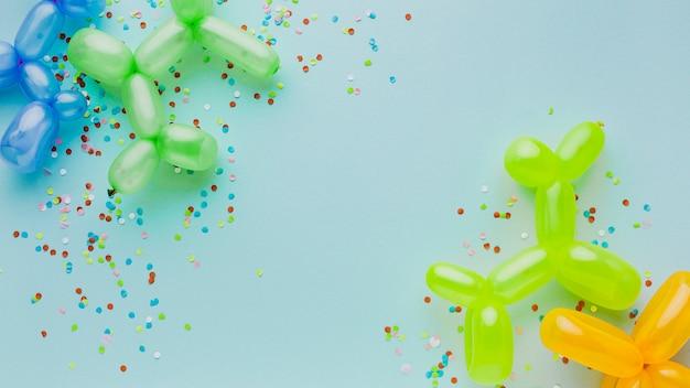 Bovenaanzicht feestdecoratie met confetti en ballonnen Gratis Foto