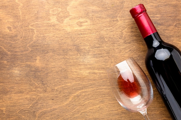 Bovenaanzicht fles wijn en glas met kopie-ruimte Premium Foto