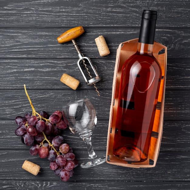 Bovenaanzicht fles wijn gemaakt van biologische druiven Gratis Foto