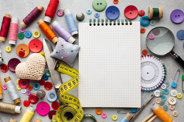Bovenaanzicht fourniturenbureau met accessoires en notitieblok Gratis Foto