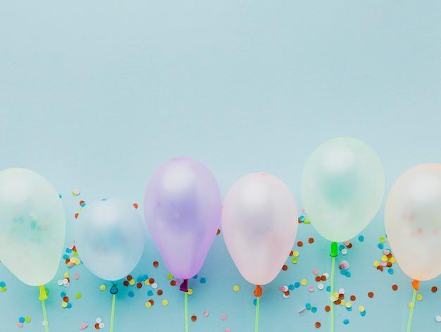 Bovenaanzicht frame met ballonnen en confetti Gratis Foto