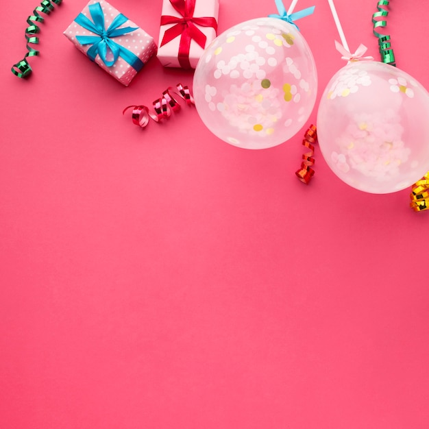 Bovenaanzicht frame met confetti en roze achtergrond Gratis Foto