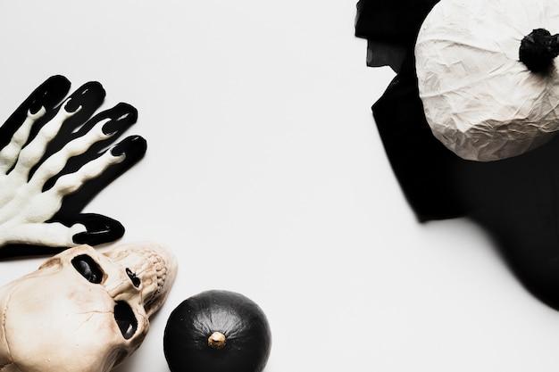 Bovenaanzicht frame met griezelige halloween items Gratis Foto