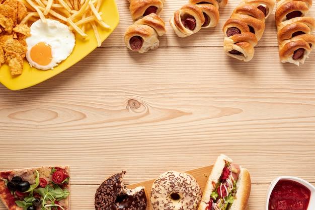 Bovenaanzicht frame met heerlijk eten en kopie-ruimte Gratis Foto