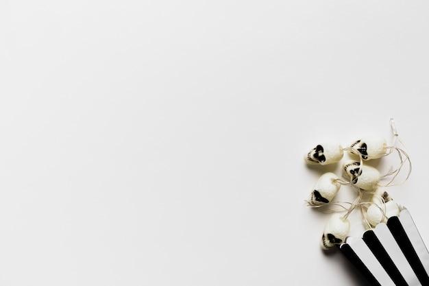 Bovenaanzicht frame met kleine schedels en kopie-ruimte Gratis Foto