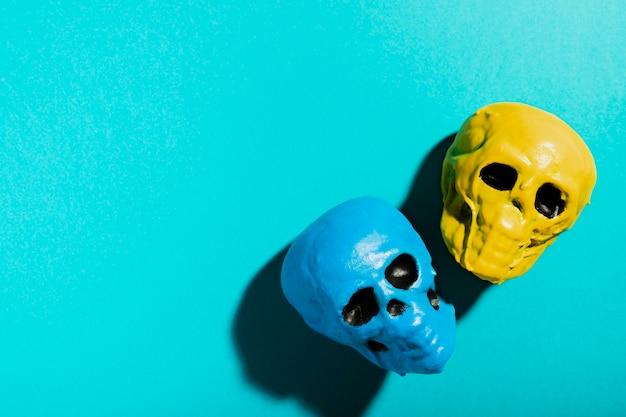 Bovenaanzicht frame met schedels en kopie-ruimte Gratis Foto