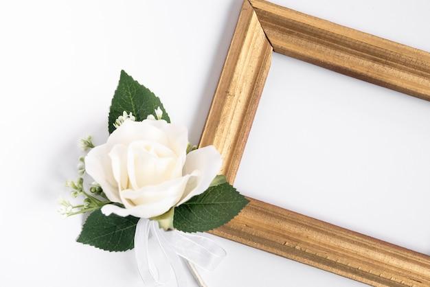 Bovenaanzicht frame met witte roos Gratis Foto