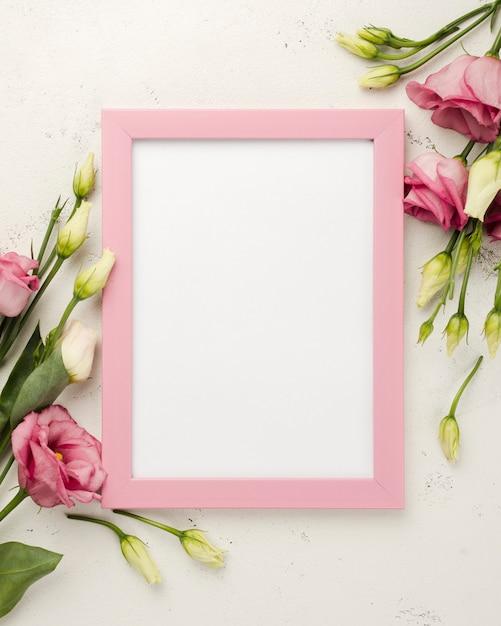 Bovenaanzicht frame naast rozen Gratis Foto