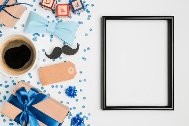 Bovenaanzicht frame omgeven door cadeautjes Gratis Foto