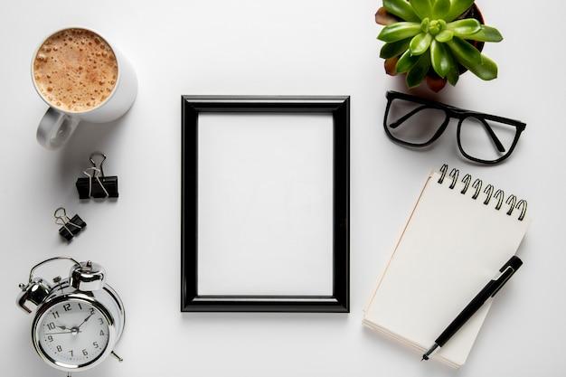 Bovenaanzicht frame op bureau mock-up Gratis Foto