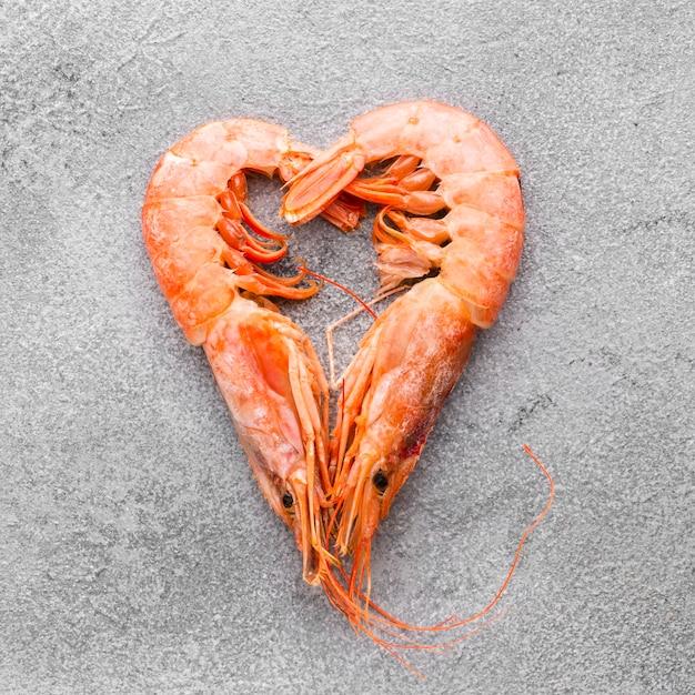 Bovenaanzicht garnalen hart op tafel Gratis Foto