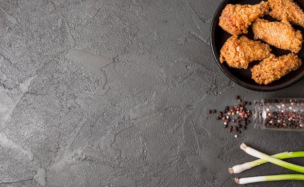 Bovenaanzicht gebakken kip met peper en kopie-ruimte Gratis Foto