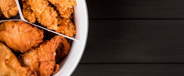 Bovenaanzicht gebakken kippenemmer met kopie-ruimte Gratis Foto