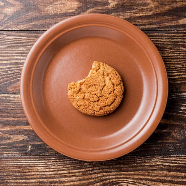 Bovenaanzicht gebeten koekje op plaat Gratis Foto
