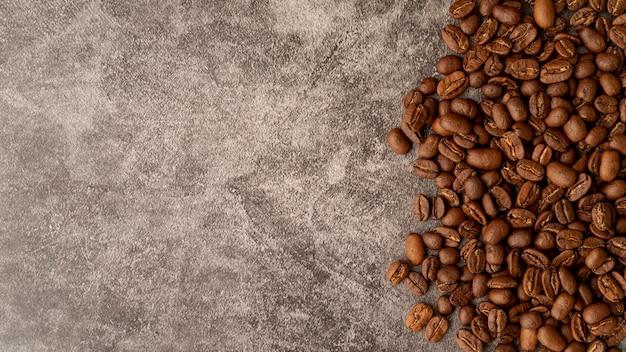 Bovenaanzicht gebrande koffiebonen met kopie ruimte Gratis Foto