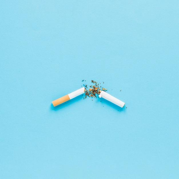 Bovenaanzicht gebroken cigarrete Gratis Foto