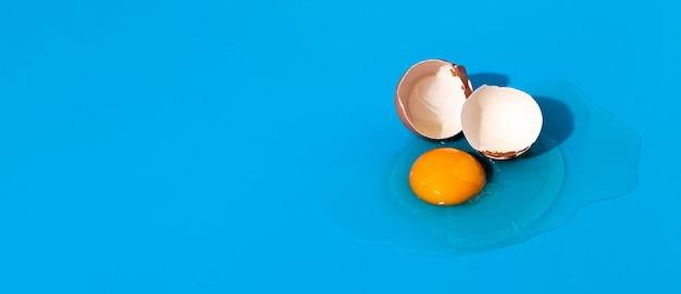 Bovenaanzicht gebroken ei met shell kopie ruimte Premium Foto