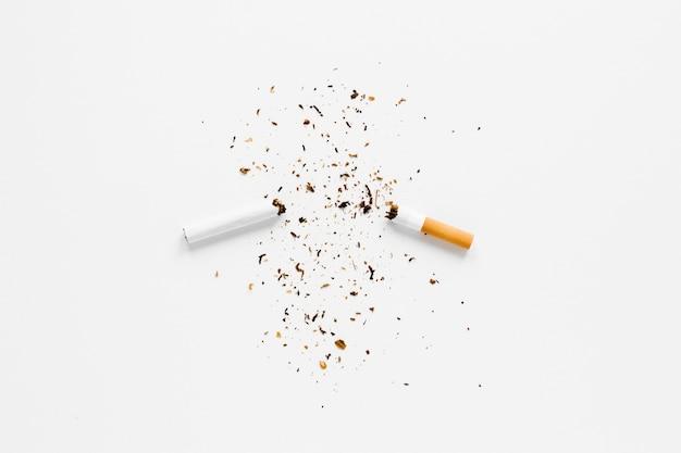 Bovenaanzicht gebroken sigaret Gratis Foto