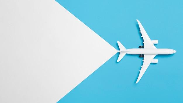 Bovenaanzicht geen vakantieconcept met vliegtuig Gratis Foto