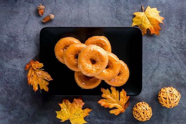 Bovenaanzicht geglazuurde donuts op plaat Gratis Foto