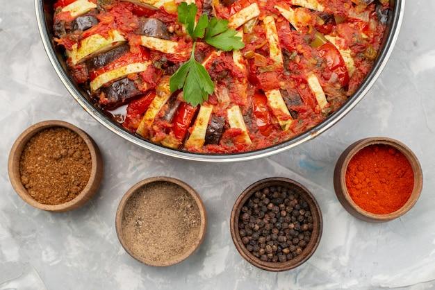 Bovenaanzicht gekookte groenteschotel gekookt in oven met kruiden op de heldere tafel Gratis Foto