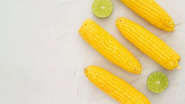 Bovenaanzicht gekookte maïs met kopie ruimte Gratis Foto
