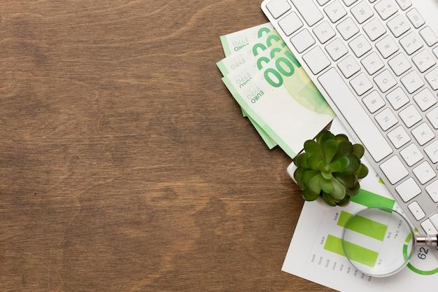 Bovenaanzicht geld en toetsenbord kopie ruimte Premium Foto