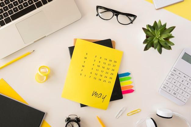 Bovenaanzicht gele bureaukalender Gratis Foto