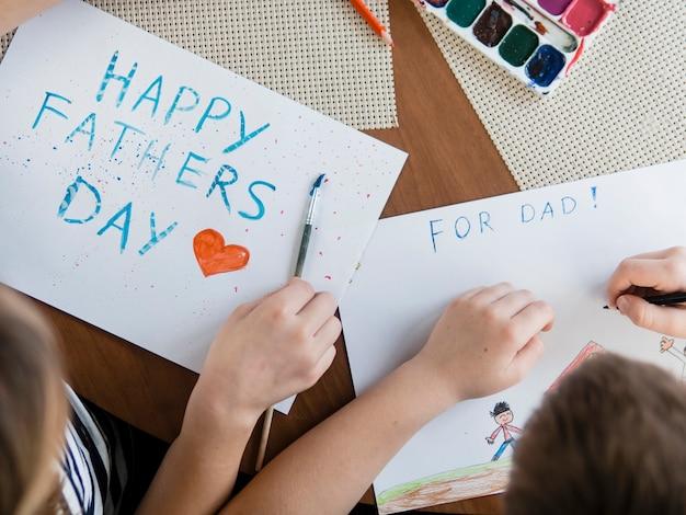 Bovenaanzicht gelukkige vaderdag belettering Gratis Foto