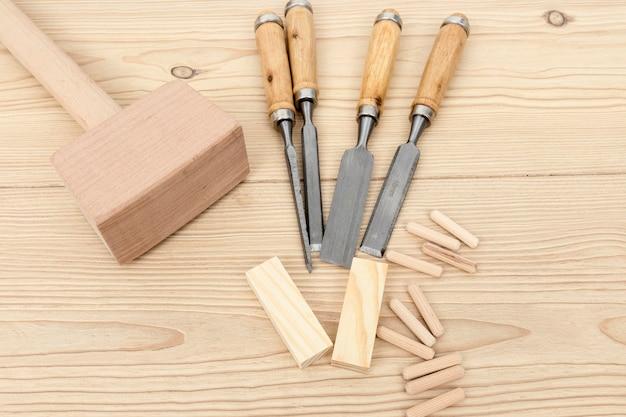 Bovenaanzicht gereedschappen en stukken hout Gratis Foto