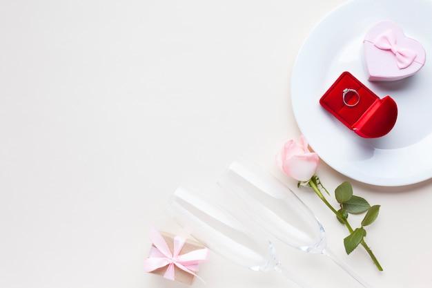 Bovenaanzicht geschenk en doos ring op een bord Gratis Foto
