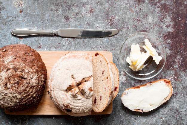 Bovenaanzicht gesneden brood met boter Premium Foto
