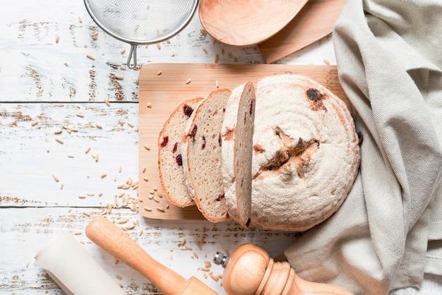 Bovenaanzicht gesneden brood op snijplank Premium Foto
