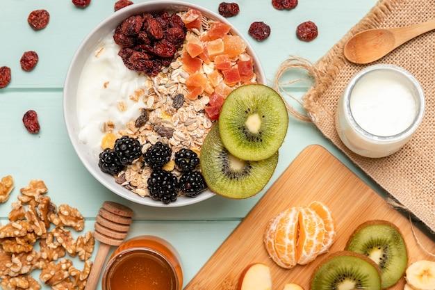 Bovenaanzicht gezond ontbijt op tafel Gratis Foto