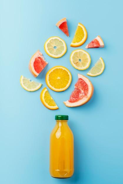 Bovenaanzicht gezonde drank met fruit Gratis Foto