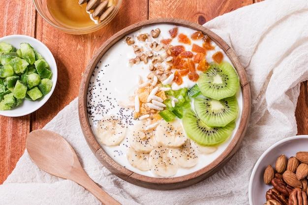 Bovenaanzicht gezonde ontbijtkom met fruit en haver Gratis Foto