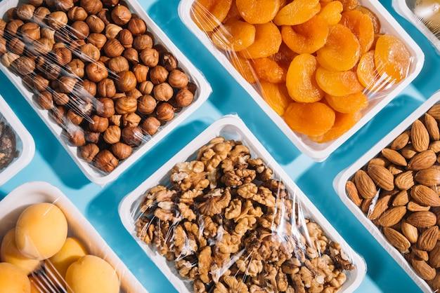 Bovenaanzicht gezonde producten in plastic verpakkingen Gratis Foto