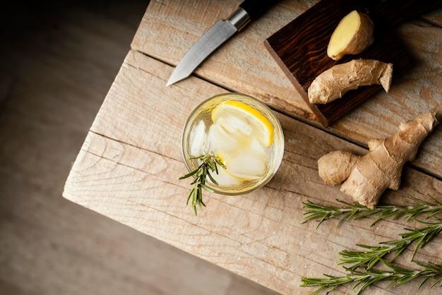 Bovenaanzicht glas met plant en schijfje citroen Gratis Foto