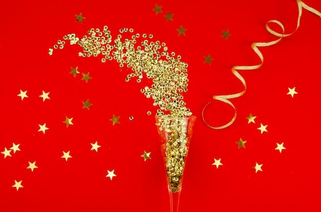 Bovenaanzicht gouden glitter met confetti Gratis Foto
